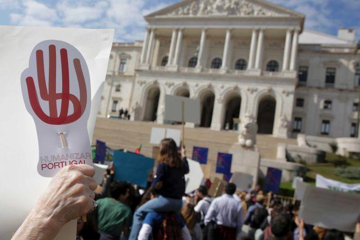 Những người phản đối tập trung bên ngoài tòa nhà Quốc hội Bồ Đào Nha. Ảnh: AP