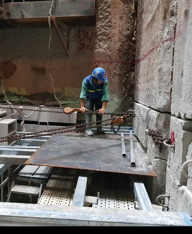 Công nhân phá dỡ bức tường ngăn cách giữa các gói thầu thuộc tuyến metro số 1