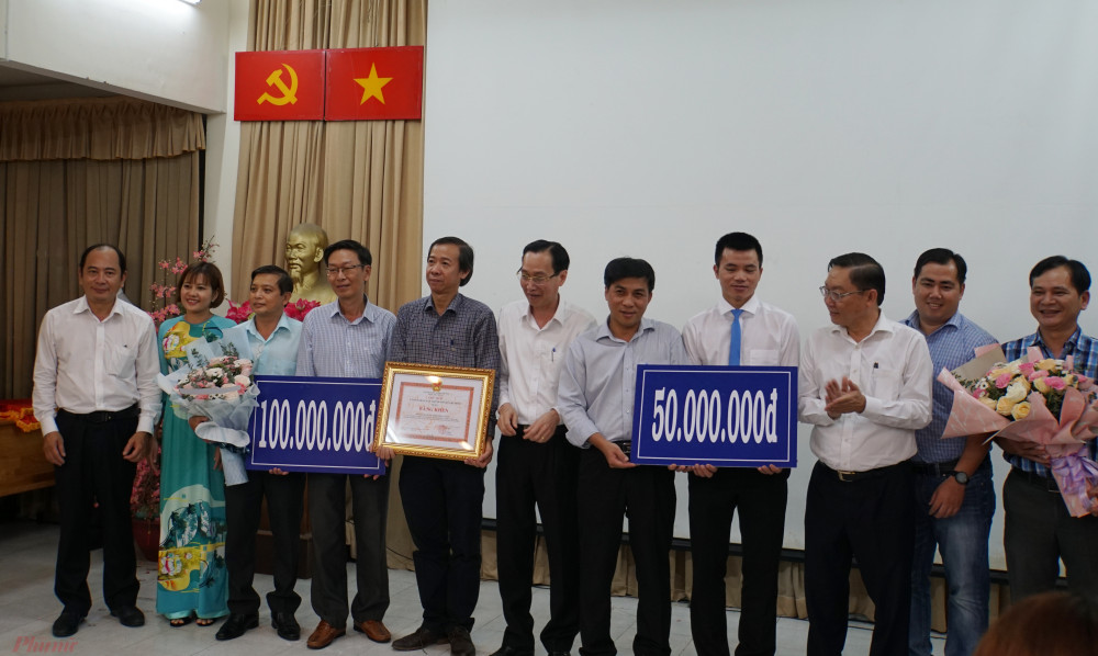 Bệnh viện Chợ Rẫy và Bệnh viện Bệnh nhiệt đới nhận khen thưởng từ UBND TPHCM.