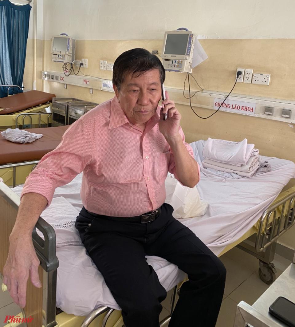 Trước khi ra khỏi phòng cách ly, ông Kiên gọi điện thoại về cho người thân.