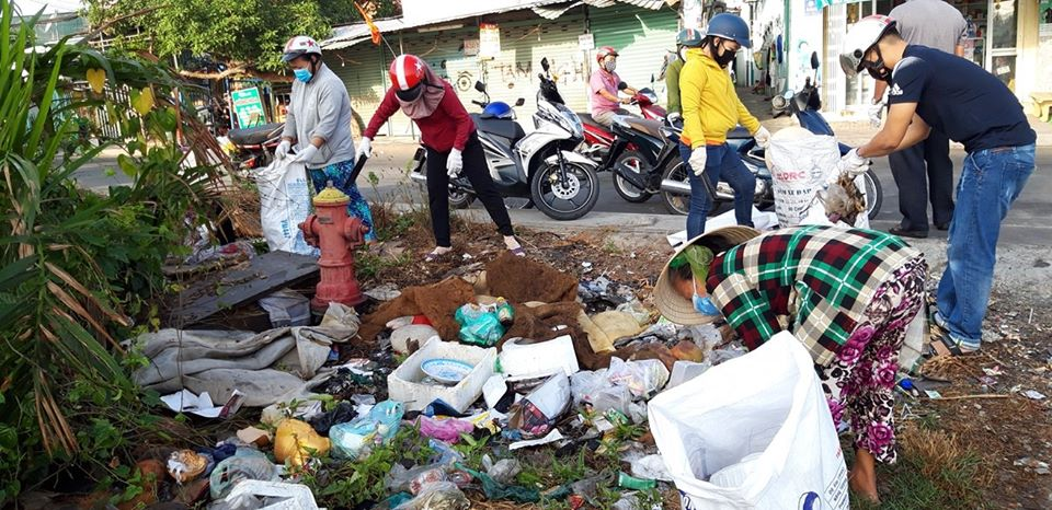 Chị em phụ nữ xã Phước Lộc chung tay dọn vệ sinh môi trường.