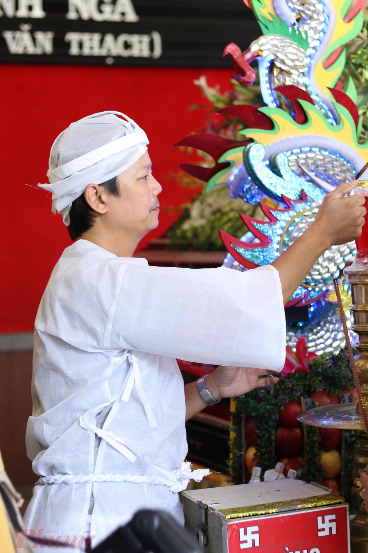 Cả hai có 4 người con, 1 gái, 3 trai. Trong ảnh là anh Huỳnh Tuấn Anh, một trong 3 con trai của cố NSND Huỳnh Nga.