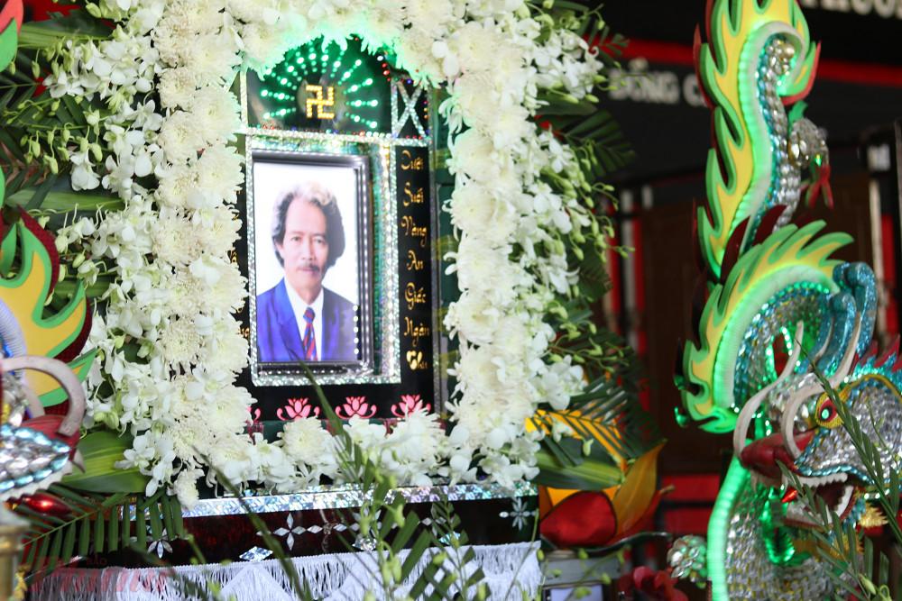 Sáng 22/2, linh cữu cố NSND Huỳnh Nga được đưa đến Nhà tang lễ TPHCM (đường Lê Quý Đôn, Q.3) để bắt đầu các nghi lễ. Ông qua đời tại nhà riêng vào sáng 21/2. Con gái cố NSND Huỳnh Nga cho biết nhiều năm nay ông mắc nhiều bệnh do tuổi già.
