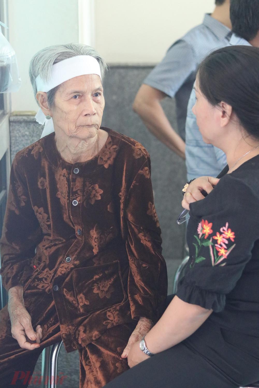 Bà Huỳnh Thị Biềng (75 tuổi, quê Long An) là em gái ruột của cố NSND Huỳnh Nga. Ông sẽ được an táng tại quê nhà, gần nhà em gái.