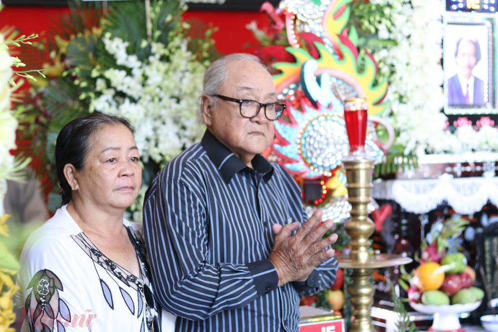 Nghệ sĩ Hùng Minh nán lại khá lâu bên linh cữu cố NSND Huỳnh Nga.