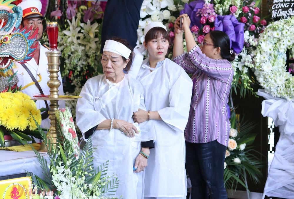 Vợ NSND Huỳnh Nga, cô Nguyệt xúc động khi nhìn di ảnh của chồng. Họ kết hôn vào năm 1972, và sống hạnh phúc đến khi ông qua đời.