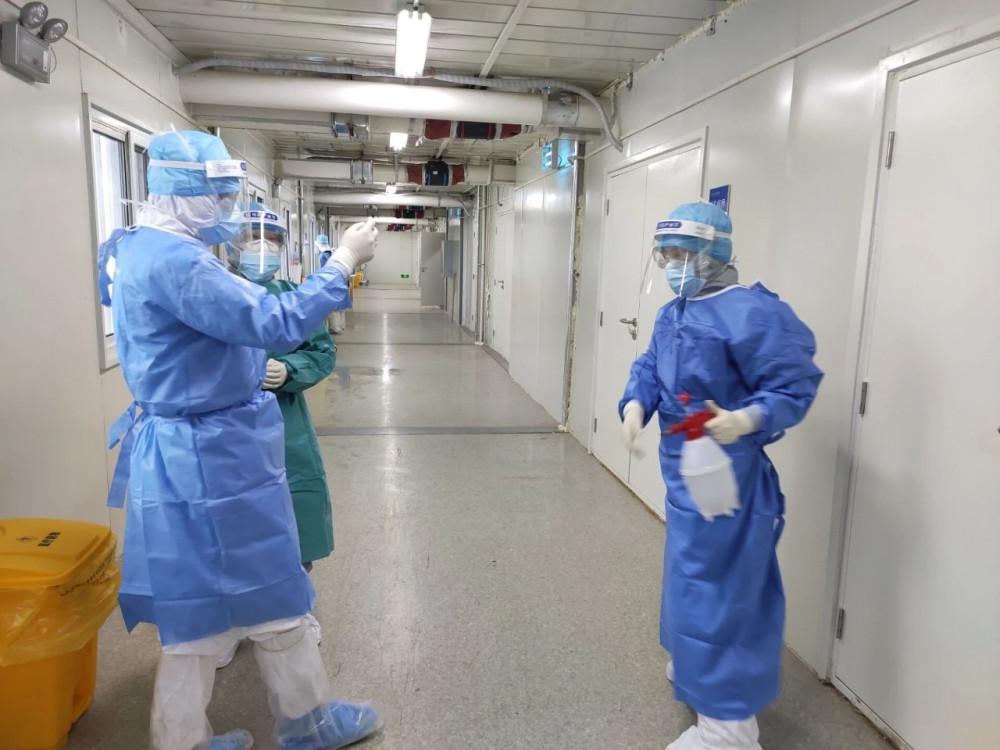 Các y bác sĩ chăm sóc trực tiếp cho phòng bệnh của Wang Zhongxin tại Hỏa Thần Sơn