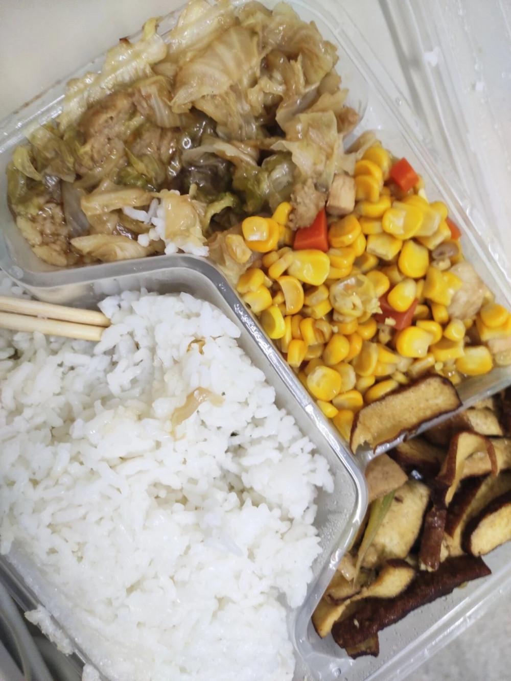 Một trong những bữa cơm của Wang Zhongxin tại bệnh viện