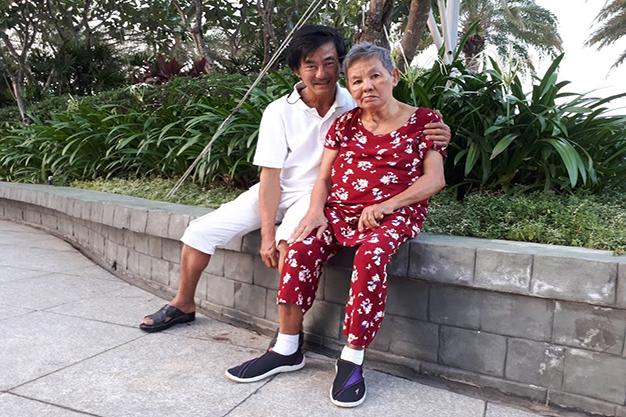 Anh Tuấn và Mẹ ngồi nghỉ mệt sau khi đã tập đi một vòng công viên. Ảnh ĐX