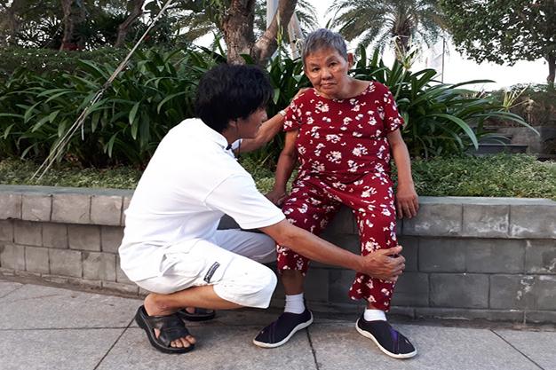 Anh Tuấn vẫn thường nắn bóp chân cho mẹ mỗi ngày.