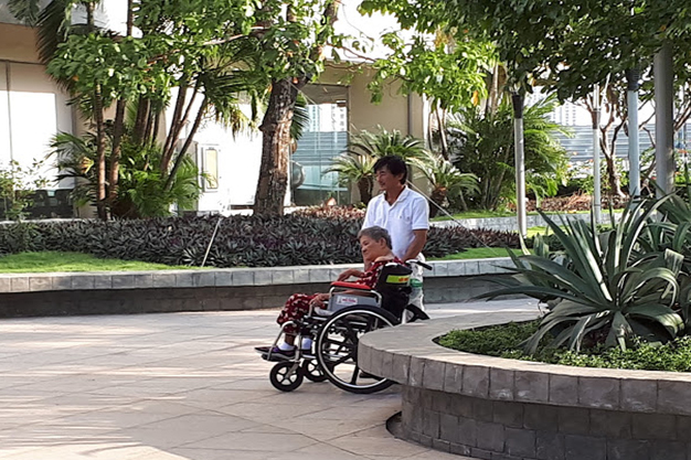 Chiếc xe lăn và mẹ đã là bạn đồng hành cùng anh đi dạo trong suốt 5 năm qua. Ảnh ĐX