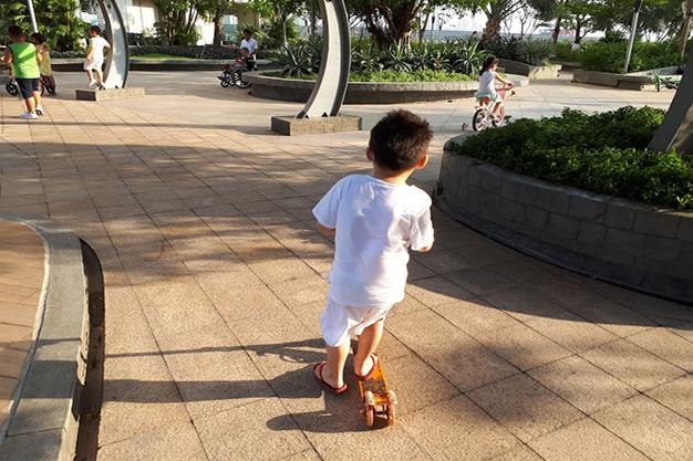 Xa xa phía trước là hình ảnh anh Tuấn đẩy mẹ đi dạo chơi. Hình ảnh đã để lại nhiều cảm động với cậu bé 4 tuổi. Ảnh ĐX