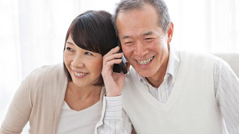 Từ ngày có điện thoại thông mình, bố mẹ tôi rất vui vì được trò chuyện gặp mặt con cháu ở xa thường xuyên. Ảnh minh hoạ