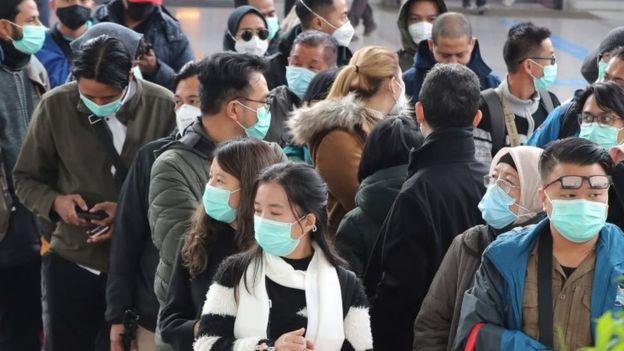 Người dân Seoul đeo khẩu trang khi ra đường. Chỉ trong vài ngày, số trường hợp dương tính với COVID-19 tại Hàn Quốc đã vượt qua 340.