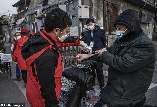 Các nhà khoa học Trung Quốc công bố một báo cáo đáng quan ngại trên Tạp chí của Hiệp hội y khoa Mỹ hôm 21/2, theo đó bệnh nhận nhiễm COVID-19 có thể lây truyền bệnh rất lâu trước khi biểu hiện triệu chứng.