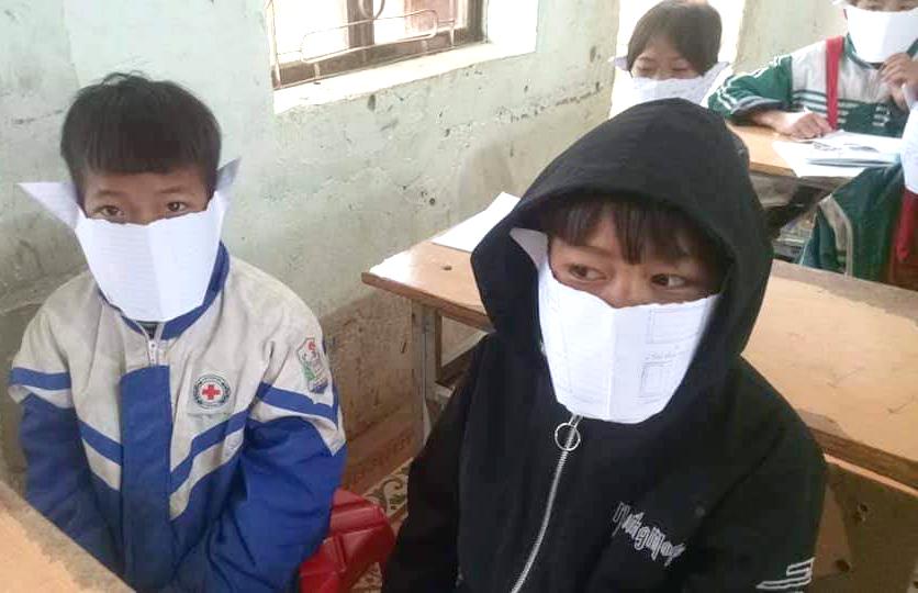 Học sinh Trường Phổ thông Dân tộc bán trú tiểu học và THCS Phà Đánh dùng giấy làm khẩu trang