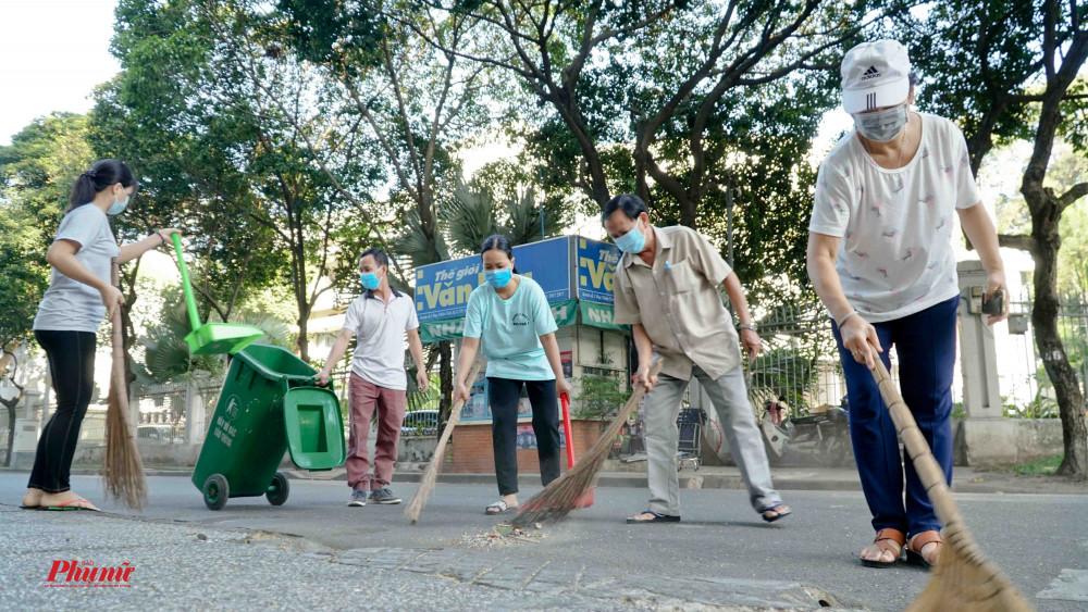 Hoạt động dọn vệ sinh nơi khu dân cư được duy trì hằng tuần và cao điểm hơn vào mùa dịch cúm corona