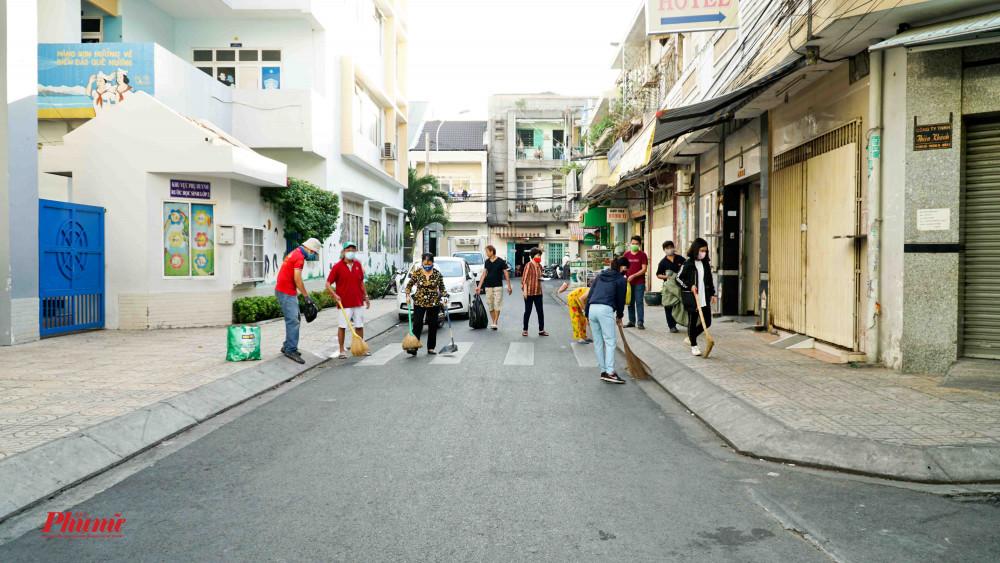 Bên cạnh việc phát khẩu trang, tại các đơn vị phường còn thường xuyên dọn rác, vệ sinh quanh khu dân cư.