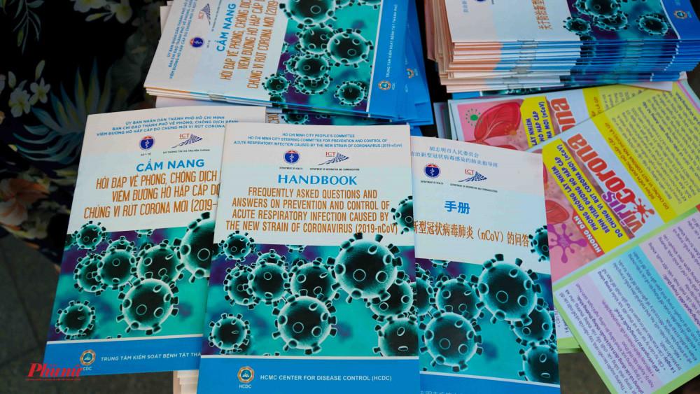 Những cuốn cẩm nang với 3 thứ tiếng, sẵn sàng cung cấp cho người dân