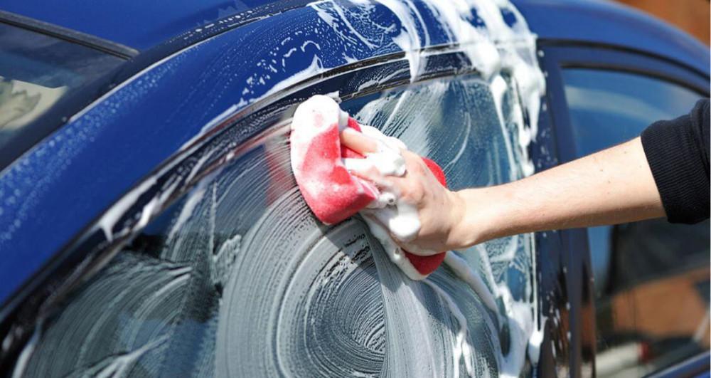 Anh trai tôi rất giữ gìn chiếc ô tô, đi về là lau chùi bóng loáng, cẩn thận sợ bị xước sơn và luôn từ chối việc cho mượn xe (Ảnh minh họa)