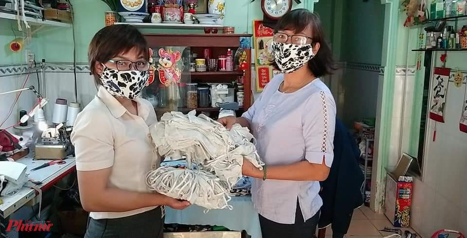 Hội may và chuẩn bị khẩu trang vải tặng người dân.