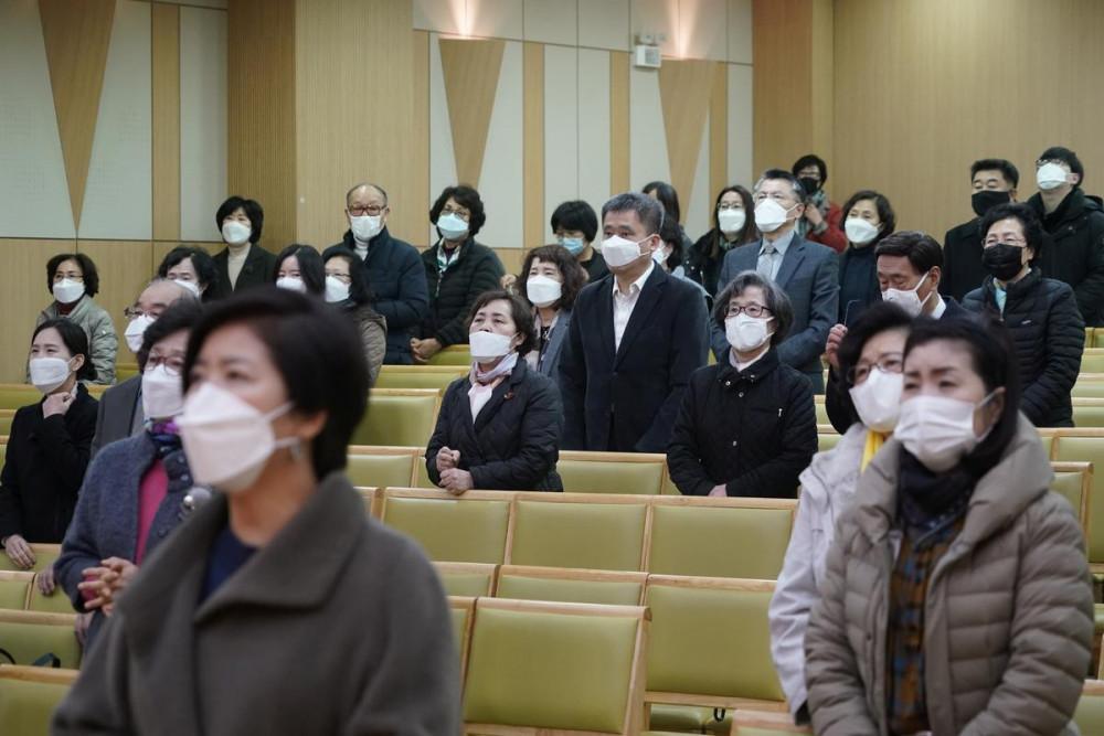 Người dân tại Seoul đeo khẩu trang và đứng cách xa nhau khi đi lễ vào Chủ nhật 23/2.
