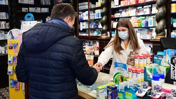 Người dân tại Milan, Ý bắt đầu tìm kiếm khẩu trang và các vật tư y tế phòng dịch.