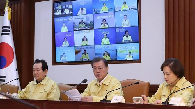 Tổng thống Moon Jae-in (giữa) chủ trì cuộc họp khẩn vào sáng ngày 23/2 tại Seoul.