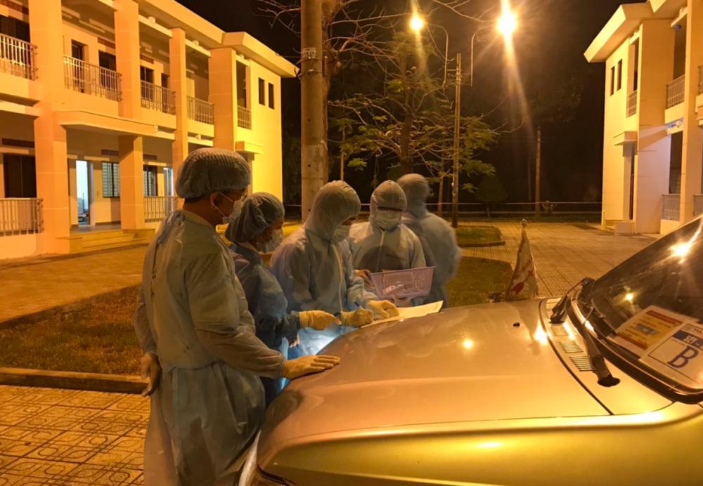 Ký nhận bàn giao ngay tại xe giữa nhân viên kíp trực của Bệnh viện dã chiến và nhân viên chuyển người cách ly và tài xế xe chuyển người cách ly