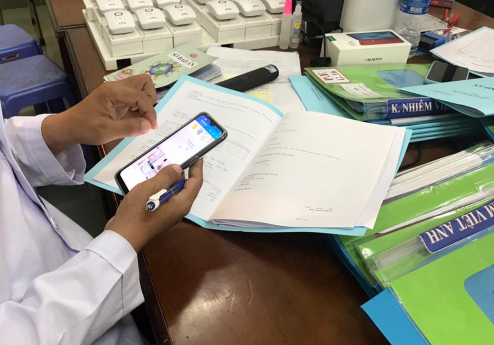 Tại khu hành chánh, bác sĩ trực tiếp tục hoàn tất hồ sơ bệnh án cho người cách ly, bổ sung các chi tiết còn thiếu vào hồ sơ bằng ứng dụng trên điện thoại thông minh đã ghi nhận lại khi đang giao tiếp