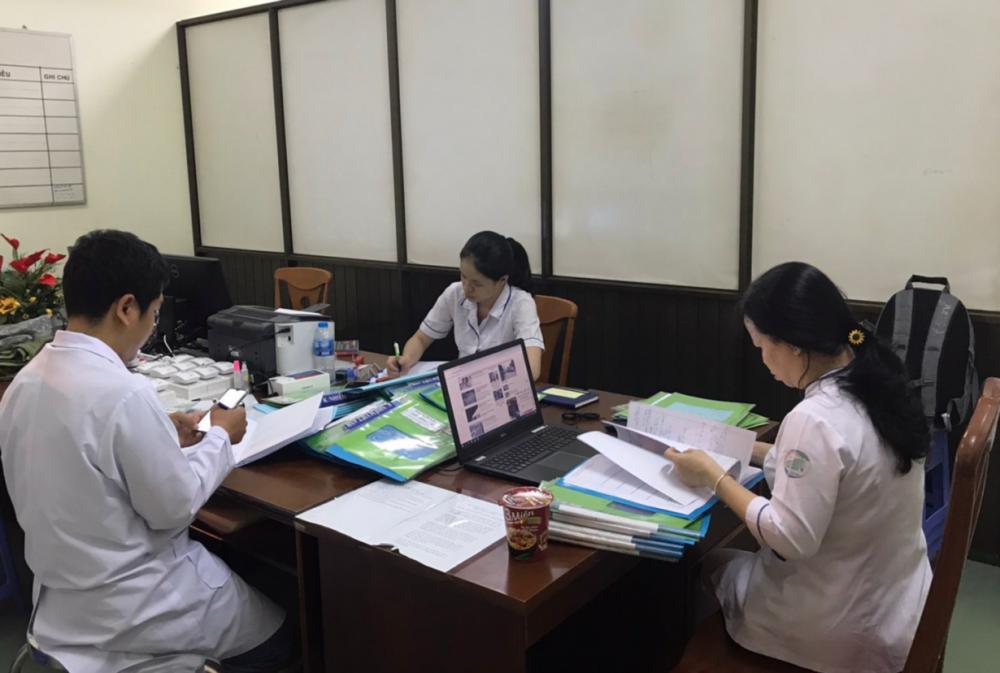 Cả kíp trực bác sĩ, điều dưỡng hoàn tất hồ sơ trong đêm trực, chuẩn bị báo cáo trong giao ban sáng với lãnh đạo bệnh viện