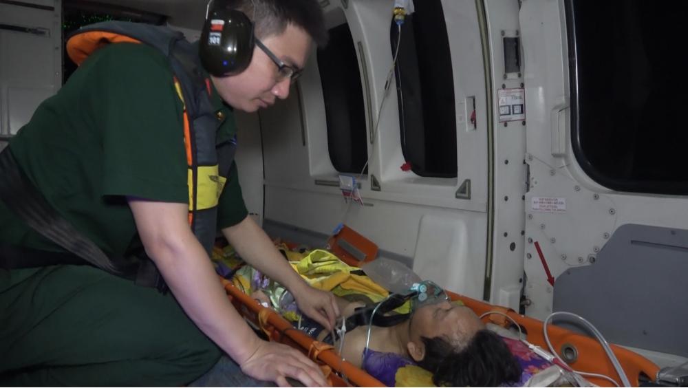 Bệnh nhân được theo dõi sức khỏe trên trực thăng
