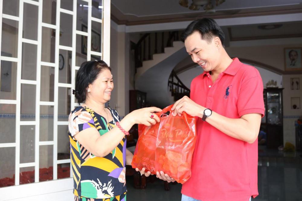 Bà Phượng tặng quà tết cho những người ở trọ