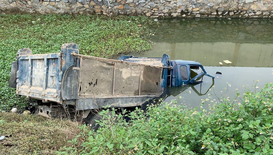 Chiếc xe tải bị hất văng xuống ao nước