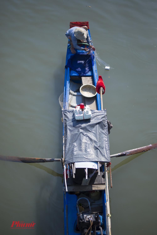 Ngoài dùng bình kích điện, một số người còn dùng lưới giăng bắt cá