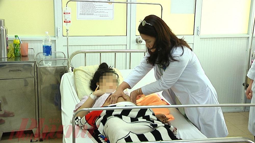 Bác sĩ thăm khám lại cho mẹ con chị H.