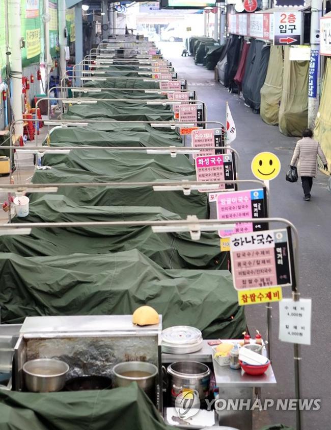 """Các tiểu thương tại khu chợ truyền thống ở Daegu đóng sạp hoàn toàn, tuân thủ theo khuyến cáo của chỉnh phủ ngăn ngừa COVID-19 lây lan.  Trong cuộc họp khẩn cấp tại Seoul vào ngày 23/2, trước tình hình dịch bệnh vượt quá tầm kiểm soát, Tổng thống Hàn Quốc Moon Jae-in quyết định nâng mức cảnh báo """"đỏ"""" (mức cao nhất) về dịch bệnh sau khi ghi nhận thêm hàng trăm ca nhiễm mới mỗi ngày."""