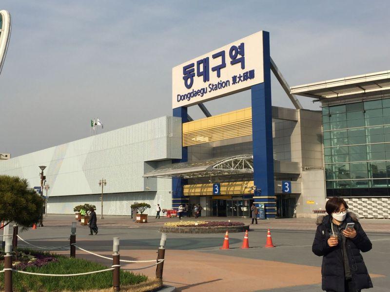 Trước và trong nhà ga phía đông Daegu, vắng lặng đến lạnh người. Ông Han Su-jin, nhân viên làm việc tại đây cho biết phía ngoài nhà ga cũng chỉ còn khoảng 4 nhân viên, số lượng khách du lịch trong nước giảm mạnh nhưng số khách nước ngoài vẫn giữ nguyên. Hầu hết mọi người đều trang bị khẩu trang, đem theo nước rửa tay khô khi di chuyển. Thậm chí, đến cả những người ăn xin cũng bịt kín mặt do lo sợ nhiễm bệnh.