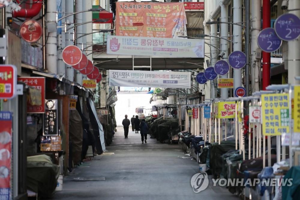 Đôi bạn trẻ tuổi đôi mươi Choi Sung-jin và Yoon Na tâm sự thành phố bây giờ rất vắng vẻ, mỗi khi ra đường mọi người đều bịt kín mặt và đeo găng tay cẩn thận. Nhiều cặp đôi mới quen còn không dám gặp nhau vì lo sợ đối phương là người thuộc giáo phái Shincheonji (giáo phái có số lượng người nhiễm cao nhất tại Hàn Quốc và còn hơn 700 thành viên vẫn đang lẩn trốn, né tránh xét nghiệm virus).