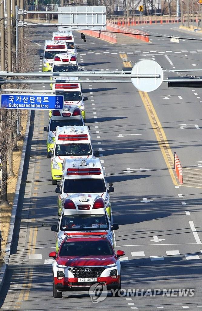 Dù là ngày chủ nhật, 23/2 nhưng xuyên suốt một tuyến đường cao tốc chạy dài ở thành phố Daegu yên ắng đến khó tin, duy nhất chỉ có hàng loạt xe cứu thương hoạt động chở bệnh nhân bị nhiễm coronavirus. Theo người dân địa phương cho biết một trong số ít những nơi ở Daegu có nhiều hơn 20 người tự tập chính là trung tâm y tế của thành phố.