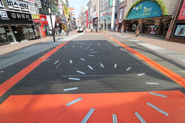 Thị trưởng Daegu, Kwwon Young Jin cho hay thành phố đang đối mặt với một cuộc khủng hoảng chưa từng có và cảnh báo số ca nhiễm mới tiếp tục gia tăng trong những ngày sắp tới. Dongseong-ro, con phố lớn nhất tại Daegu, héo húc vài bóng người đi bộ, rất nhiều các tụ điểm vui chơi giải trí, chương trình âm nhạc, lễ hội hoàn toàn bị hủy bỏ nhằm ngăn chặn sự lây nhiễm chéo.
