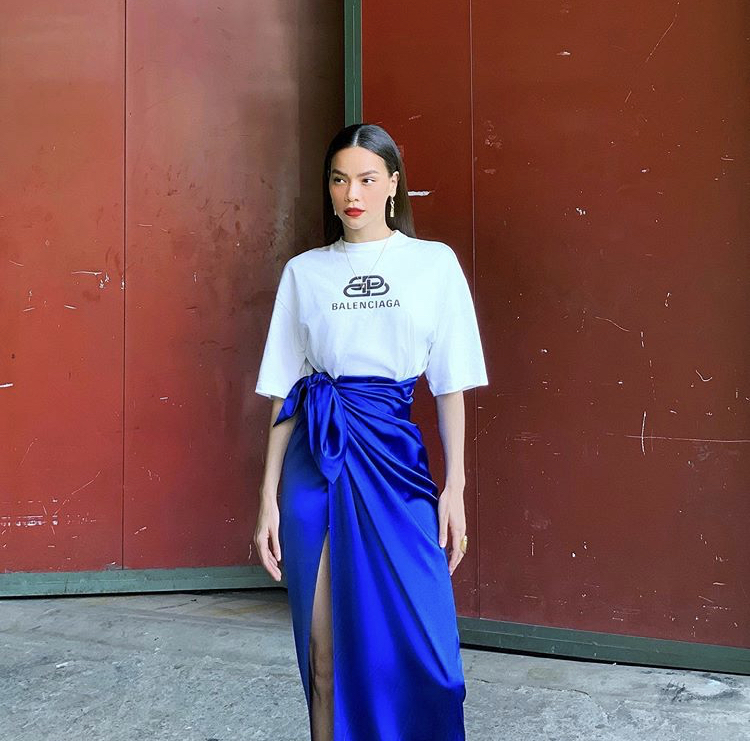 Hà Hồ khéo léo dùng chiếc khăn lụa bóng màu xanh dương tạo thành vchaan vsy xẻ tà khoe chan dài miên man.