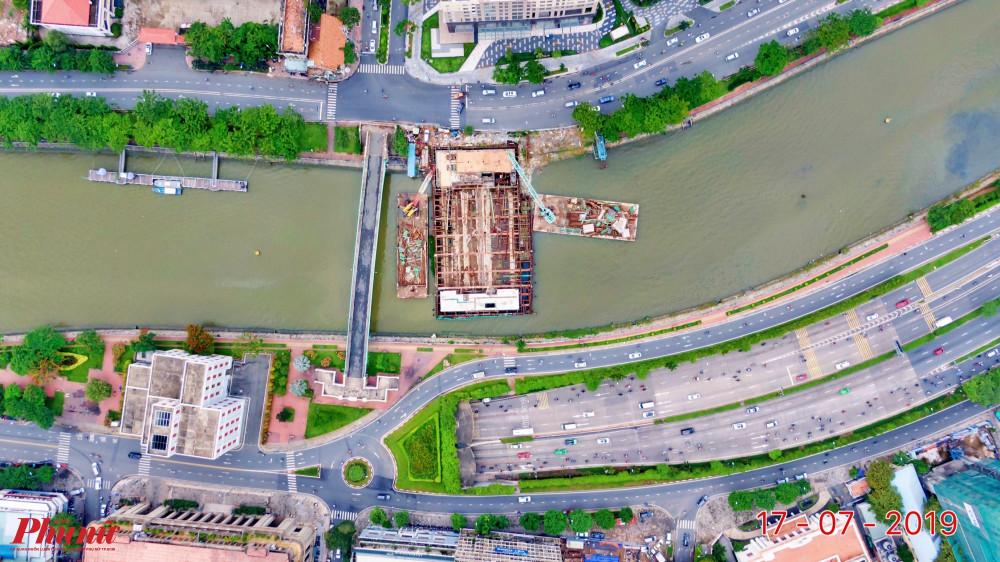 Cống Bến Nghé (kênh Tàu Hủ - Bến Nghé giáp với sông Sài Gòn), quận 1 giáp với quận 4
