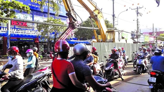 Cảnh thi công bê bối trên đường Nguyễn Duy Trinh, Q.2