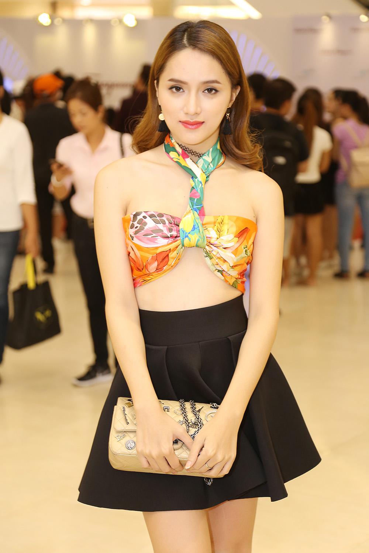 Hoa hậu Hương Giang dùng khăn lụa che chắn vòng 1 và sử dụng thêm một chiếc khăn khác để quấn vào cổ, đây là một cách quấn khăn sáng tạo mà lại gợi cảm.