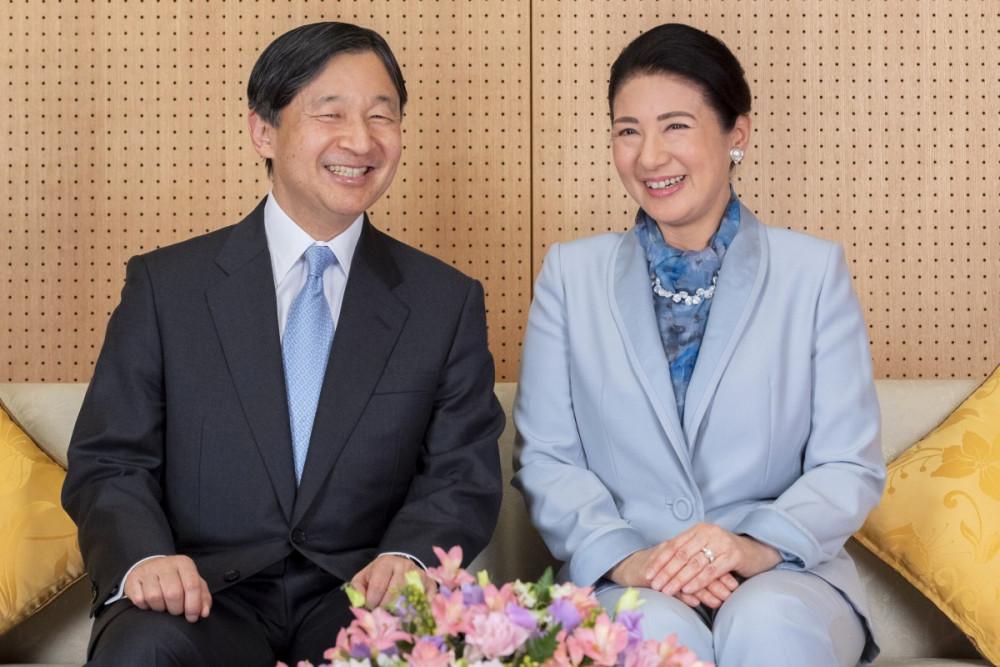 Hoàng đế Nhật Bản Naruhito và Hoàng hậu Masako tại nơi cư trú của họ ở Tokyo, bức ảnh được phát hành trước sinh nhật lần thứ 60 của hoàng đế. (Ảnh: AP)