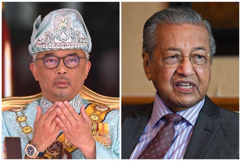 Sau khi chấp nhận việc từ chức, Quốc vương Abdullah Ri'ayatuddin (trái) bổ nhiệm Thủ tướng Mahathir Mohamad làm Thủ tướng lâm thời cho đến khi có người đứng đầu chính phủ mới.