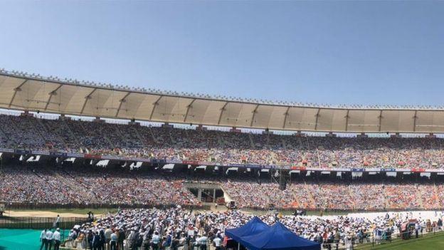 Khoảng 100.000 người đã tập trung tại sân vận động Motera, thành phố Ahmedabad để chào đón Tổng thống Mỹ.