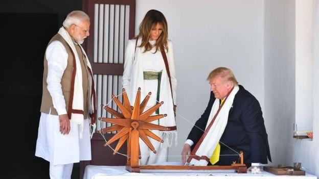 Phu nhân Melania và Tổng thống Trump thử sử dụng bánh xe dệt vải tại nhà cũ của Độ Mahatma Gandhi.