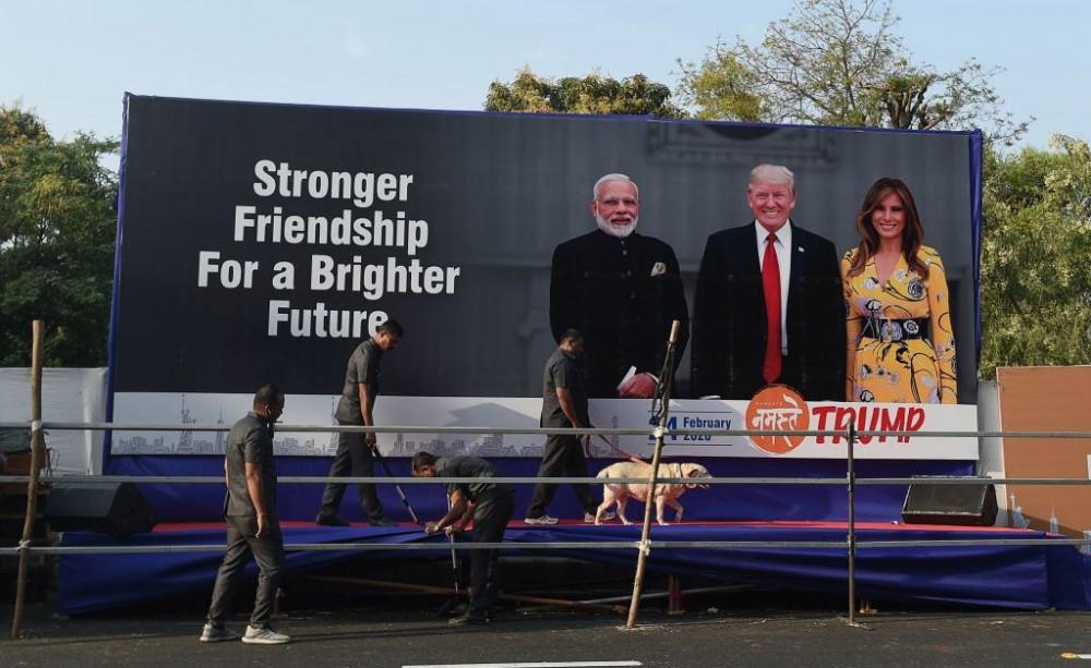Một khẩu hiệu ven đường bày tỏ hy vọng về tương lai mối quan hệ Mỹ - Ấn Độ sau cuộc gặp của hai nhà lãnh đạo.